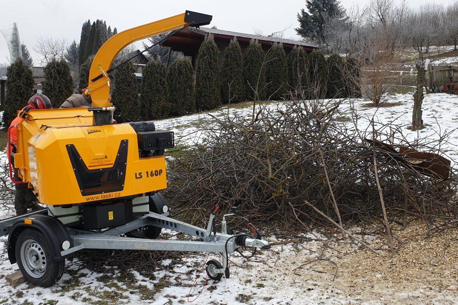 Štiepkovanie drevnej hmoty na záhrade - CEDERS s.r.o.